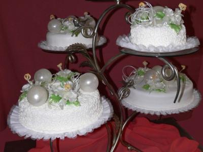 esküvői torta karamellvirágokkal