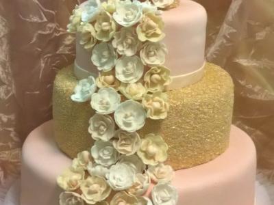 esküvői torta cukorvirágokkal