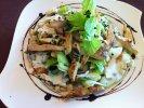 Csirkemell csíkok joghurtos leveles salátával