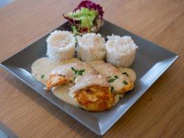 Csirkemellfilé négysajt mártással, rizzsel